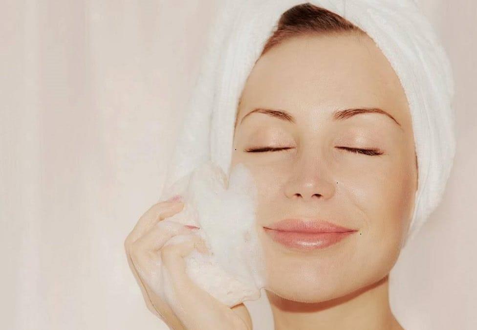 Top 7 cách chăm sóc da dầu vào mùa hè để ngăn mụn