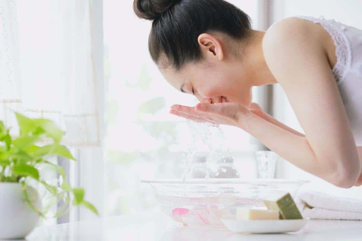 Rửa mặt đúng cách: 10 điều nên và không nên làm khi làm sạch da