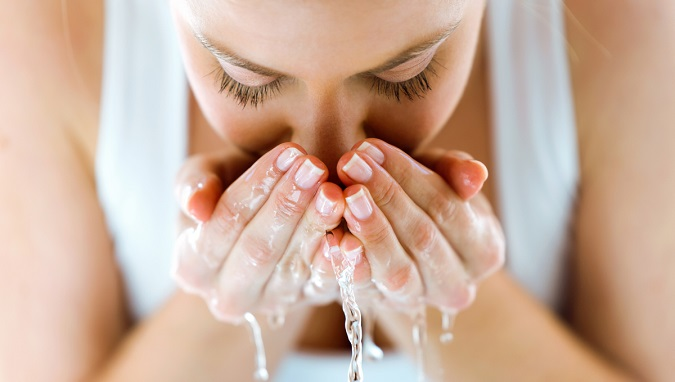 Thường xuyên làm sạch da giúp bạn trẻ lâu