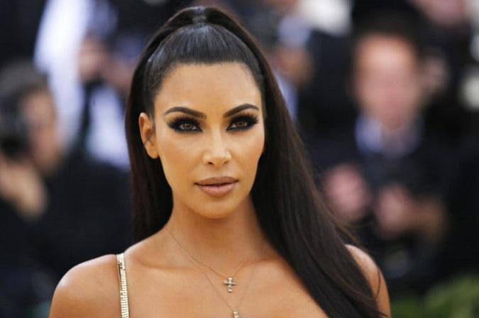 Kim Kardashian dùng dầu dưỡng thể để làm đẹp