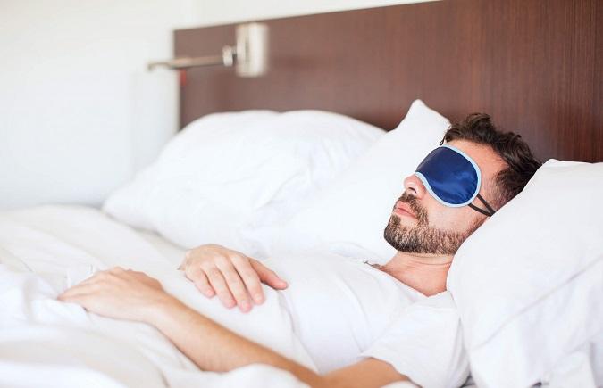 Nằm ngửa khi ngủ giúp giảm mụn