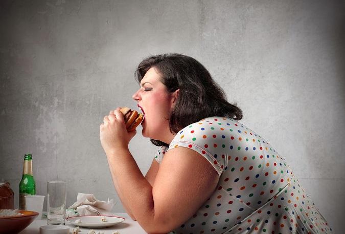 Thói quen thức khuya khiến bạn có thói quen ăn uống xấu